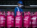 ilustrasi-petugas-pertamina-sedang-melakukan-pengecekan-tabung-gas-warna-pink-bright-gas.jpg
