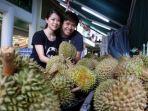 ingin-pulang-lebih-cepat-pria-asal-singapur-ini-bagikan-22-ton-durian-jualannya_20180804_134056.jpg