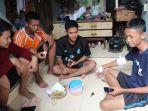iqbal-bahtiar-samudra-16-ketika-dijenguk-oleh-teman-teman.jpg