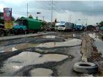 jalan-berlubang-besar-besar-di-dekat-flyover-tanjung-mas_20180224_005651.jpg