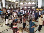 jamaah-salat-masjid-agung-baitussalam-purwokerto-saat-menjal.jpg