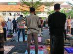 jemaah-melaksanakan-salat-idulfitri-di-pelataran-masjid-raya-baiturrahman.jpg