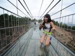 jembatan-kaca-di-tebing-ini-mengerikan-tapi-ramai-dikunjungi-wanita-cantik-ada-rahasia-apa_20160803_161519.jpg