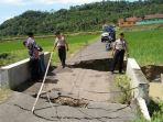 jembatan-sungai-pengurut-ambles-silakan-warga-lewat-jalur-alternatif_20180222_215958.jpg