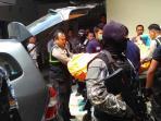 jenazah-terduga-teroris-yang-tewas-dalam-baku-tembak-di-bima-tiba-di-rs-bhayangkara-mataram_20160216_121205.jpg