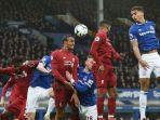 joel-matip-mencoba-menyundul-bola-pada-pertandingan-derbi-merseyside-everton-vs-liverpool.jpg