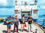 kapal-feri-mengangkut-warga-dan-wisatawan-di-pelabuhan-karimunjawa.jpg