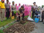 kapolres-sragen-akbp-yimmy-kurniawan-menanam-pohon-durian-di.jpg