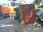 kecelakaan-truk-gandeng-dan-motor-terjadi-di-simpang-tiga.jpg