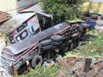kecelakaan-truk-muatan-cairan-kimia-terguling-dari-tol-gayamsari-meluncur-ke-pemukiman-warga.jpg