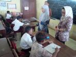 kegiatan-belajar-mengajar-di-sekolah-yang-terendam-rob-di-sdn-tratebang_20160921_135053.jpg