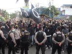 kelompok-massa-beratribut-serba-hitam-pada-aksi-demonstrasi-menolak-omnibus-law-di-dprd-sukabumi.jpg