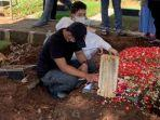 keluarga-jane-shalimar-usai-proses-pemakaman-di-tpu-jeruk-purut-jakarta-selatan.jpg