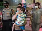 keluarga-menjemput-bocah-yang-ditemukan-bersama-jasad-neneknya-di-kelapa-gading.jpg