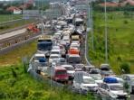 kepadatan-kendaraan-mengular-hingga-20-km-di-pejagan-brebes-timur_20160703_163226.jpg