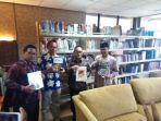 kepala-kp-bi-tegal-joni-marsius-melihat-perpustakaan-baru-yanh-dibuka-secara-umum_20181030_115256.jpg