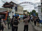 kepolisian-saat-membubarkan-massa-yang-berkumpul-di-depan-kantor-pn-karanganyar-kamis-422021.jpg