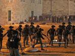 kepolisil-berusaha-mengusir-demonstran-palestina-dal.jpg
