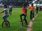 keren-anak-anak-di-kudus-ini-main-sepeda-roda-satu-untuk-mengisi-liburan_20151230_170522.jpg<pf>sepeda-satu-roda-di-kudus_20151230_170507.jpg