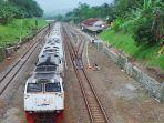 kereta-api-melintas-di-stasiun-bumiayu-kabupaten-brebes_20161226_160802.jpg