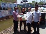 ketua-dpc-pdip-demak-berikan-bantuan-kepada-warga-yang-terkena-dampak-banjir_20180228_221421.jpg