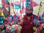 ketua-kelompok-perajin-kitiran-kpk-sumarno-menunjukkan-mainan-tradisional-kitiran.jpg