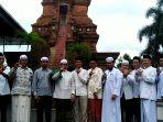 ketua-majelis-syuro-pks-salim-segaf-al-jufri-bersama-rombongan-pose-di-menara-kudus.jpg