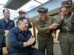kim-jong-un-tertawa-bersama-pejabat-militer.jpg