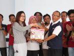 komunitas-batang-entertainment-peduli-bep-saat-menyerahkan-saluran-dana-ke-pmi-kabupaten-batang_20181021_142930.jpg