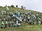komunitas-pecinta-alam-nubackpacker-kabupaten-batang-mengibarkan-bendera-di-puncak-gunung-prau.jpg