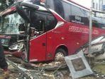 kondisi-bus-sudiro-tungga-jaya-seusai-menabrak-pagar-kantor-kabupaten-sukoharjo.jpg