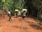 kondisi-jalan-yang-dilalui-para-petani-desa-durensari_20180831_174434.jpg