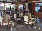 konferensi-video-antara-bupati-pati-haryanto-bersama-jajarannya-dan-para-camat.jpg