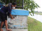 koordinator-pintu-air-bendung-simongan-bayu-wanapati-menunjukan-monumen-banjir-bandang-semarang.jpg