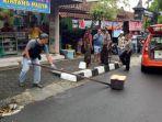 kotak-plastik-di-jalan-di-panjaitan-kabupaten-purbalingga_20181103_222044.jpg