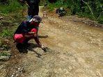 kuat-relawan-dari-desa-giritirto-memecah-batu-yang-jadi-penghalang-jalan-antar-kabupaten.jpg
