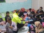 kunjungi-pengungsi-korban-angin-puting-beliung.jpg