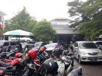 lahan-parkir-motor-di-depan-igd-rsup-dr-kariadi-semarang_20171116_142420.jpg