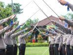 latihan-pedang-pora-untuk-menyambut-kapolres-kebumen-yang-baru_20170324_132512.jpg