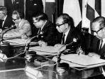 lima-pendiri-asean-menandatangani-piagam-asean-atau-deklarasi-bangkok-pada.jpg