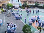 lulus-100-siswa-sman-5-bagi-bagi-bunga_20180503_170737.jpg