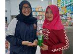 mahasiswa-kkn-undip-2021-dan-warga-menunjukan-produk-ekstraksi-kulit-pisang-menjasi-sampo.jpg