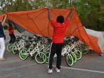 masa-kecil-kurang-bahagia-kini-jadi-guru-dan-bagikan-gratis-650-sepeda-untuk-murid-muridnya_20170406_202033.jpg