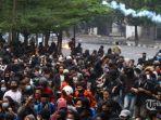 massa-berusaha-mundur-saat-polisi-menembakan-gas-air-mata-dalam-aksi-unjuk-rasa.jpg