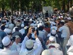 massa-pendukung-hizbut-tahrir-indonesia-berkumpul-di-depan-pengadilan-tata-usaha-negara-jakarta_20180507_102632.jpg