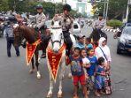 masyarakat-berfoto-dengan-pasukan-berkuda-di-jalan-pandanaran-rabu-2062018-sore_20180621_132706.jpg