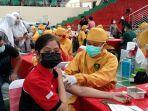 masyarakat-ikuti-kegiatan-vaksinasi-di-gor-jatidiri-kota-semarang.jpg