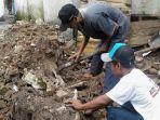 membersihkan-puing-tembok-keraton-yang-roboh_20180201_174440.jpg
