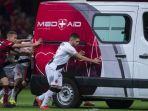 mendorong-mobil-ambulans-mogok-di-tengah-lapangan-pertandingan_20180917_083724.jpg