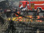 mengevakuasi-jenazah-korban-kebakaran-pabrik-mercon_20171027_091352.jpg